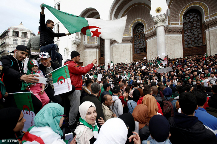 Tüntetők Algírban 2019. március 26-án.
