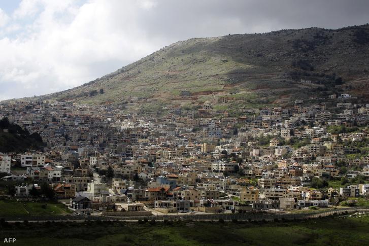 A szíriai Ain al-Tineh városából készített képen látható Majdal Shams városa a Golán-fennsíkon 2019. március 26-án