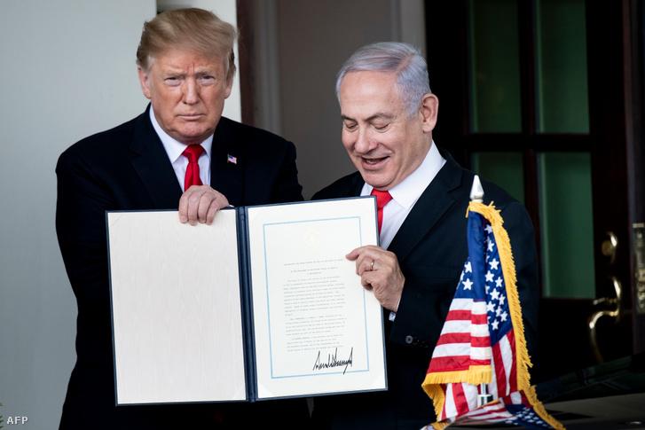 Donald Trump (balra), amerikai elnök és Benjamin Netanyahu tartja a kezében Trump által aláírt kiáltványt a Golán-fennsíkról, amely elismeri Izrael fennhatóságát, Washingtonban 2019. március 25-én