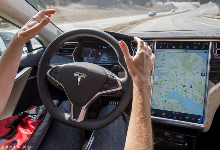 A Tesla vezetéstámogató rendszere működés közben.