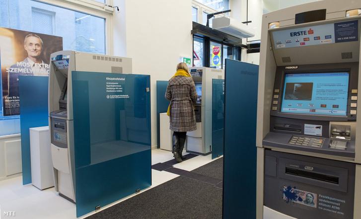 Bankautomaták az Erste Bank Hungary Zrt. megújult győri fiókjának előterében 2019. február 20-án.