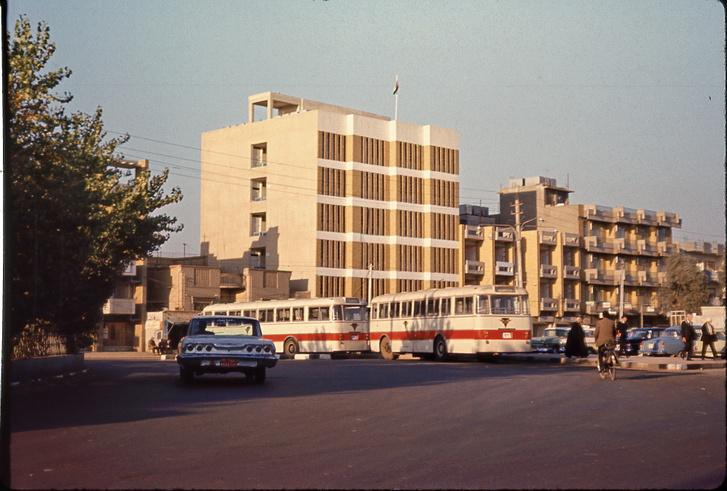 A nagykövetség és a kereskedelmi kirendeltség összevont épülete Bagdadban 1971-ben. Az 559-es Ikarusok akkor voltak friss importáruk, ezek az első példányok