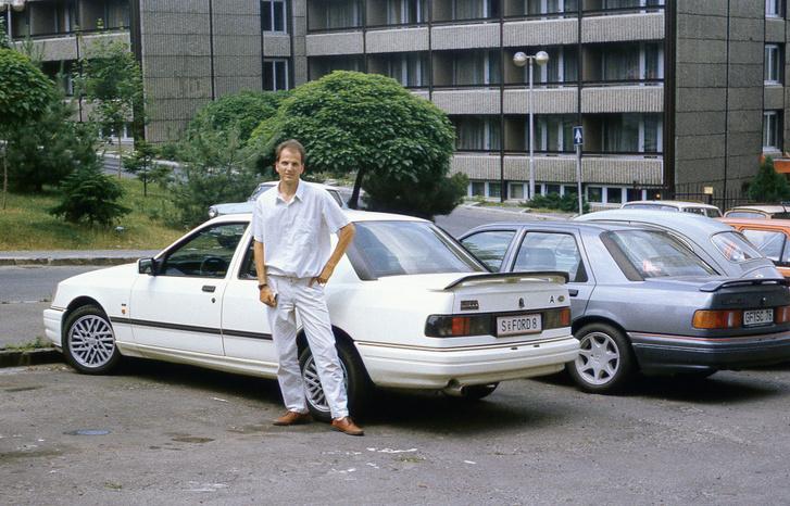 Matyi és a tesztelésre kapott Sierra RS Cosworth a Pálos utcában