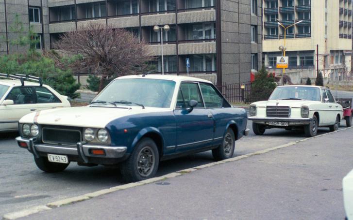 Ezzel a kék-fehér Fiat 124 Sport Coupéval lettem újságíró. Mögötte az állólámpás Mercedes, amit adtam érte - az volt a szoftver-menedzseri éveim alatt az autóm, voltam vele Skandináviában, Litvániában, Hollandiában is