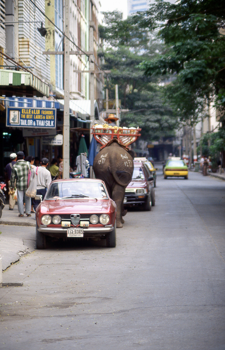 Később Bangkokba is bementünk, ahol még ilyen Alfa Bertonék flangáltak az utcán