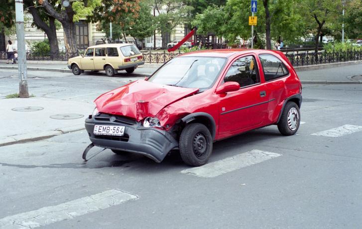 Olykor törtek az autók, gyakrabban, mint ma. Itt egy öreg Golf nem adta meg a jobbkezest a Szabadság téren a teszt-Corsának. 270 fokot fordultam, a kocsit még megmentették