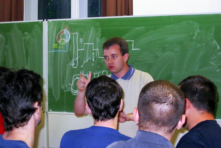 Papp tanár úr előad az újságíróiskolában