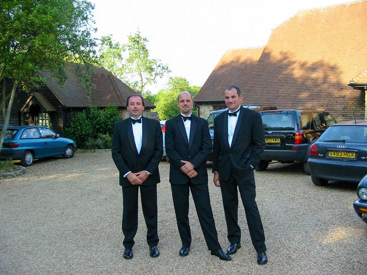 Első goodwoodi meghívásunkon rögtön belépőt kaptunk Earl of March fogadására. Bérelt szmokingot is adtak, nagy flash volt. Madarász Gyuri (Ford PR), én, Balázs Viktor