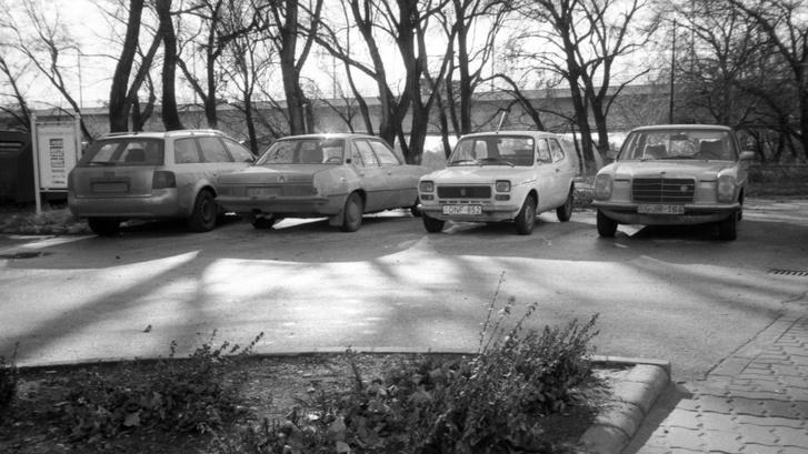 Pillanatkép a Hajógyári-sziget parkolójából: már nem tudom, kinek az Audi A6-osa, Lővei Gergő Opel Rekord D-je, az én 127-es Fiatom, Kiss Feri állólámpás Mercije