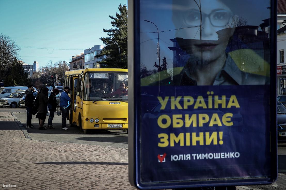 Julija Timosenko választási plakátja a munkácsi buszállomáson