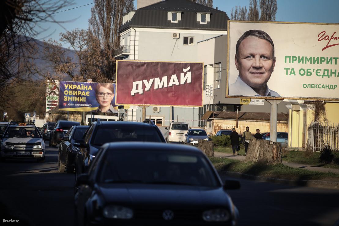 """""""Gondolkodj!"""" - Petro Porosenko választási szlogenje (középen) egy munkácsi hírdetőtáblán"""