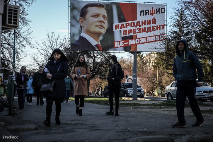 Oleh Ljasko - a közvélemény-kutatók szerint hatodik legnépszerűbb - elnökjelölt választási plakátja Munkácson