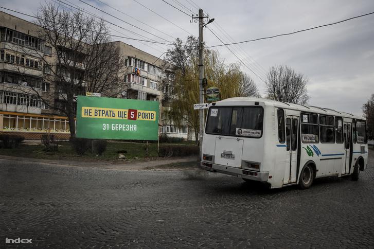 """""""Ne veszítsünk el még 5 évet""""- olvasható Volodimir Zelenszkij elönkjelölt választási plakátján Munkács egyik utcáján"""