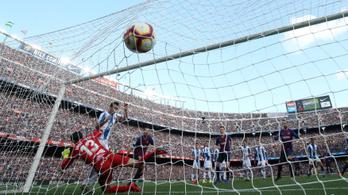 Menteni akart a védő Messi szabadrúgásánál, az év legszerencsétlenebb gólja lett belőle