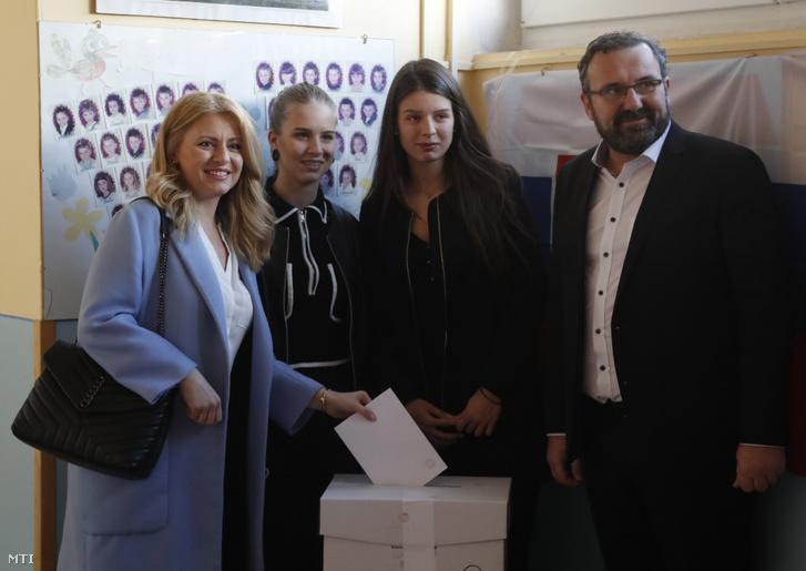 Zuzana Caputová élettársával és két lányával adta le voksát egy bazini szavazóhelyiségben 2019. március 30-án, a szlovák elnökválasztás második fordulójának napján