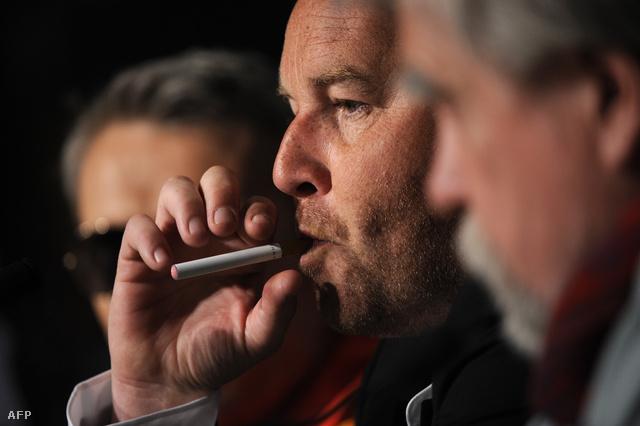 Xavier Beauvois rendező elektromos cigarettával a Cannes-i filmfesztiválon