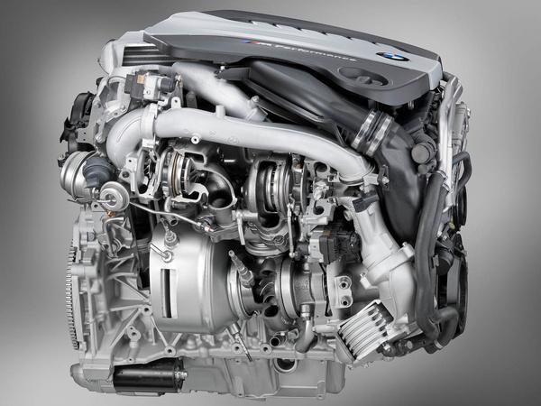 A háromliteres motor jobb oldala lényegében egy nagy turbógyűjtemény