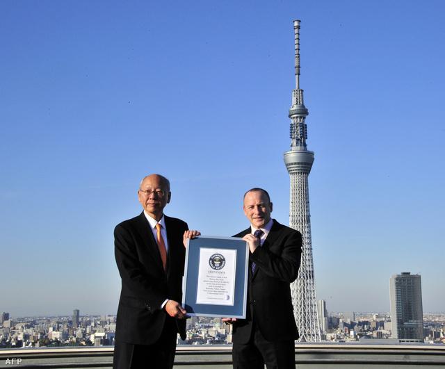 Suzuki Micsiaki, a Sky Tree társaság elnöke és Alistair Richards a Guinness World Recordstól a Legmagasabb Toronynak járó oklevéllel