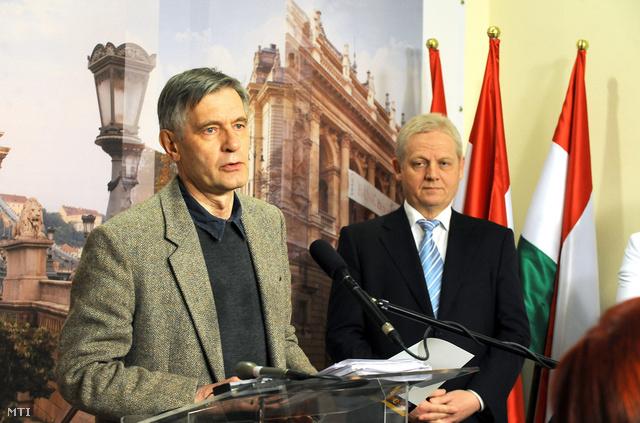 Atkári János, a főpolgármester pénzügyi tanácsadója (b) és Tarlós István főpolgármester, a 2011. évi költségvetés előző nap elfogadott koncepciójáról tartott sajtótájékoztatóján
