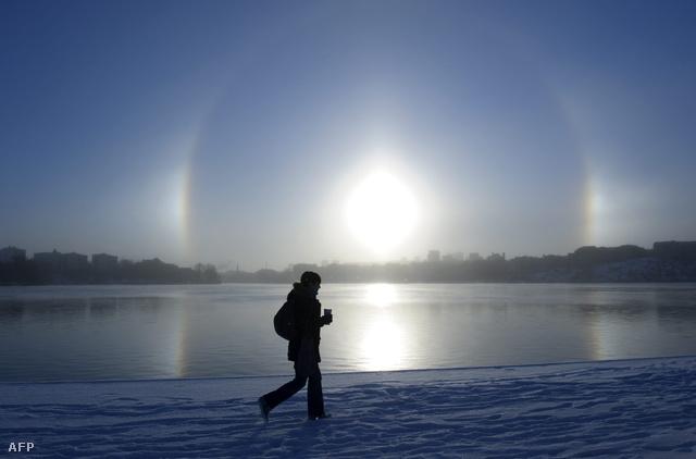Ezt a szépséges, teljes, két melléknapos parheliont Stockholmban, a Malaren-tó partjánál, 2010. november 30-án lehetett látni.