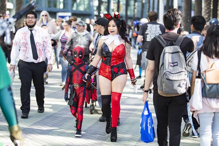 Ez a dekoltált anyuka a kisfiát is elhozta, Deadpoolnak beöltöztetve.