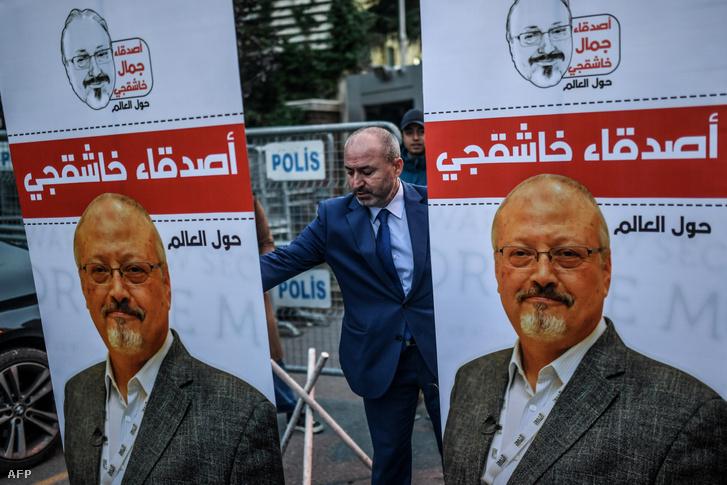 Dzsamál Hasogdzsi-plakátok Szaúd-Arábia isztambuli konzulátusa előtt 2018. október 25-én