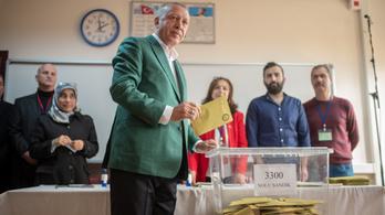 Ankarát elhódította az ellenzék Erdoğantól, Isztambulban mindkét oldal győzelmet hirdetett