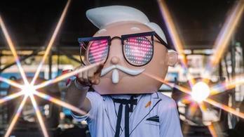A világ egyik legnépszerűbb fesztiválján egy reklámfigura DJ-zett a nagyszínpadon