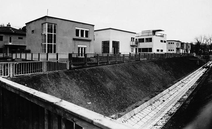A híres Napraforgó utcai kísérleti lakótelep az 1931-es átadás után. Balról a harmadik ház a weimari Bauhausban tanult Molnár Farkas tervei alapján készült