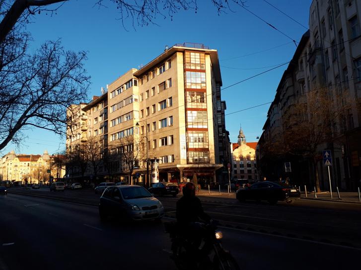 APreisich Gábor és Vadász Mihály tervezte Simplon-ház Szentimrevárosban. Az egyik legelső modern bérház volt Budapesten, de nem sok köze van a Bauhaushoz