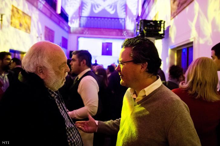 Andy Vajna, a magyar filmipar megújításáért felelős kormánybiztos (b) és Dirk Gerkens, a TV2 Csoport vezérigazgatója beszélget az egykori Pannónia Filmstúdió felújított épületének átadásán 2017. március 9-én