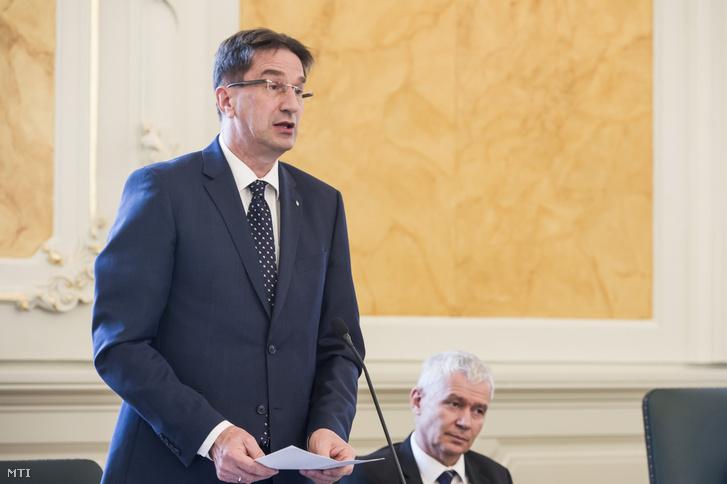 Völner Pál, az Igazságügyi Minisztérium parlamenti államtitkára (b) beszédet mond az Egri Törvényszék felújított épületének átadásán 2018. április 3-án. Jobbról Polt Péter legfőbb ügyész.