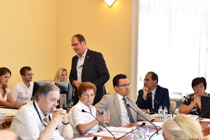 Patyi András, a Nemzeti Választási Bizottság lemondott elnöke távozik a testület üléséről a Nemzeti Választási Iroda fővárosi székházában 2018. augusztus 14-én. A bizottság új elnökének Rádi Péter ügyvédet választották.