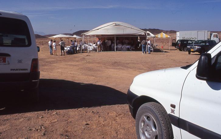 Egy gyilkos Peugeot Partner Dangel 4x4-túra Egyiptomban. Tökön-paszulyon át ütöttük-vágtuk az autókat 100-140 közötti sebességekkel a sivatagban, métereket repülve, sziklákon pattogva. A sivatag közepén aludtunk és csodával határos módon mind a húsz autó működőképes maradt a végére. Ez még az egyik legendás Alvarez-féle (Peugeot PR-főnök) út volt