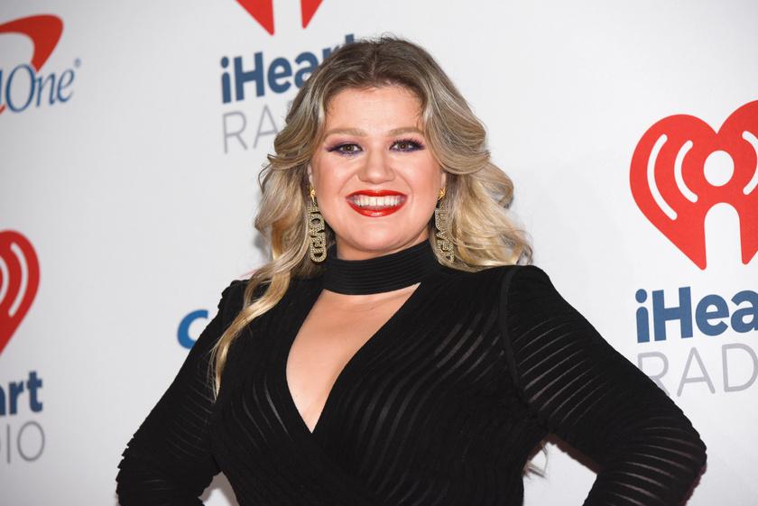Kelly Clarkson amerikai énekesnő a Today Show-ban beszélt pajzsmirigy-alulműködéséről és Hashimoto-betegségéről, mely egy autoimmun eredetű rendellenesség. A kezelés mellett diétába fogott, melynek köszönhetően sokat fogyott.