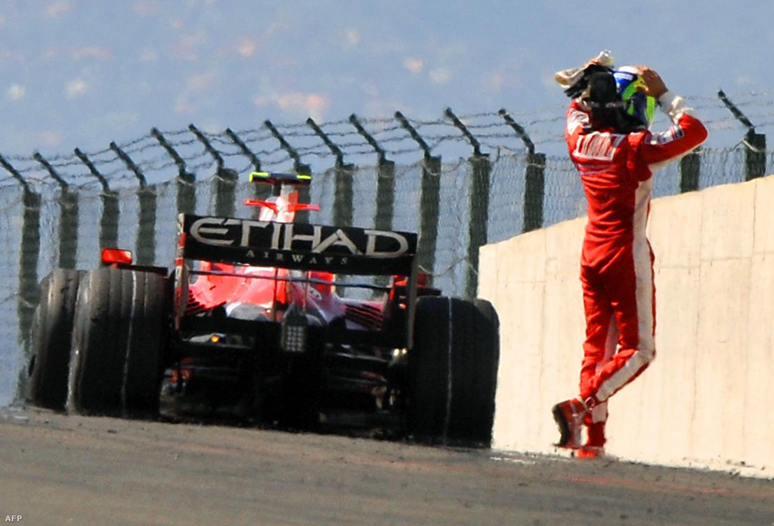 A brazil Felipe Massa, a Ferrari pilótája elhagyja a pályán álló versenyautóját, amely leállt a célegyenesben, ezért kénytelen volt feladni a küzdelmet a Forma-1-es világbajnokság 11. futamán, a 23. Magyar Nagydíjon a Hungaroringen.