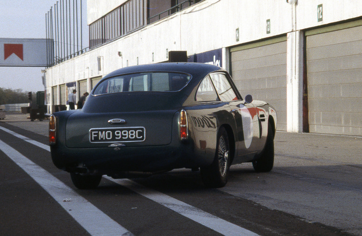 Valker Viktor Aston Martin DB4 GT-jét is - majdnem azt mondtam, teszteltük, de nem - kipróbáltuk utasként a Hungaroringen egy DB7-teszthez