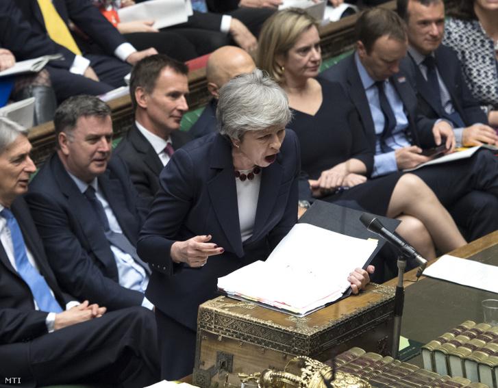 A brit parlament által közreadott kép Theresa May brit miniszterelnökről a brit EU-tagság megszűnéséről (Brexit) tartott parlamenti vitában Londonban 2019. március 27-én.