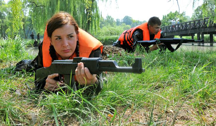 Partot érve fedezi társát a KatonaSuli tábor egyik résztvevője a Debrecen melletti Vekeri-tónál 2011. július 15-én