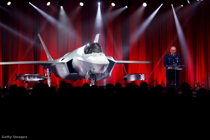 Reha Ufuk, a török vezérőrnagy beszédet mond az első F-35-ös vadászgép mellett, amit Törökországnak gyártott a Lockheed Martin 2018. június 21-én