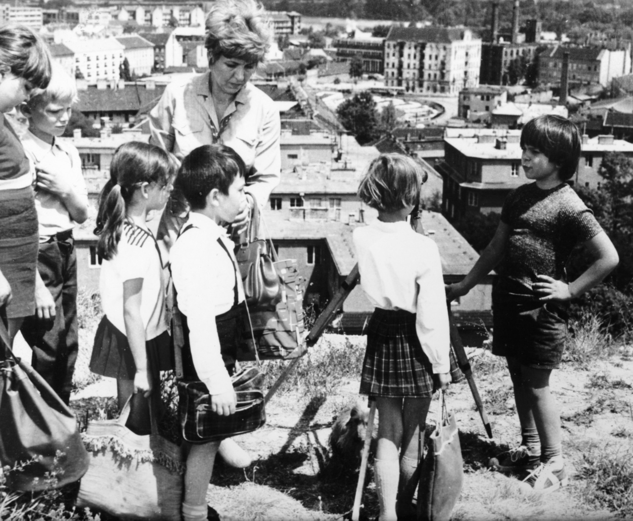 Kisrece és a kiránduló gyerekek találkozása a Nagyszombat utca felett, az Újlaki-hegy oldalában. A háttérben a Goldberger-gyár és Aquincum katonavárosi amfiteátruma is látható.