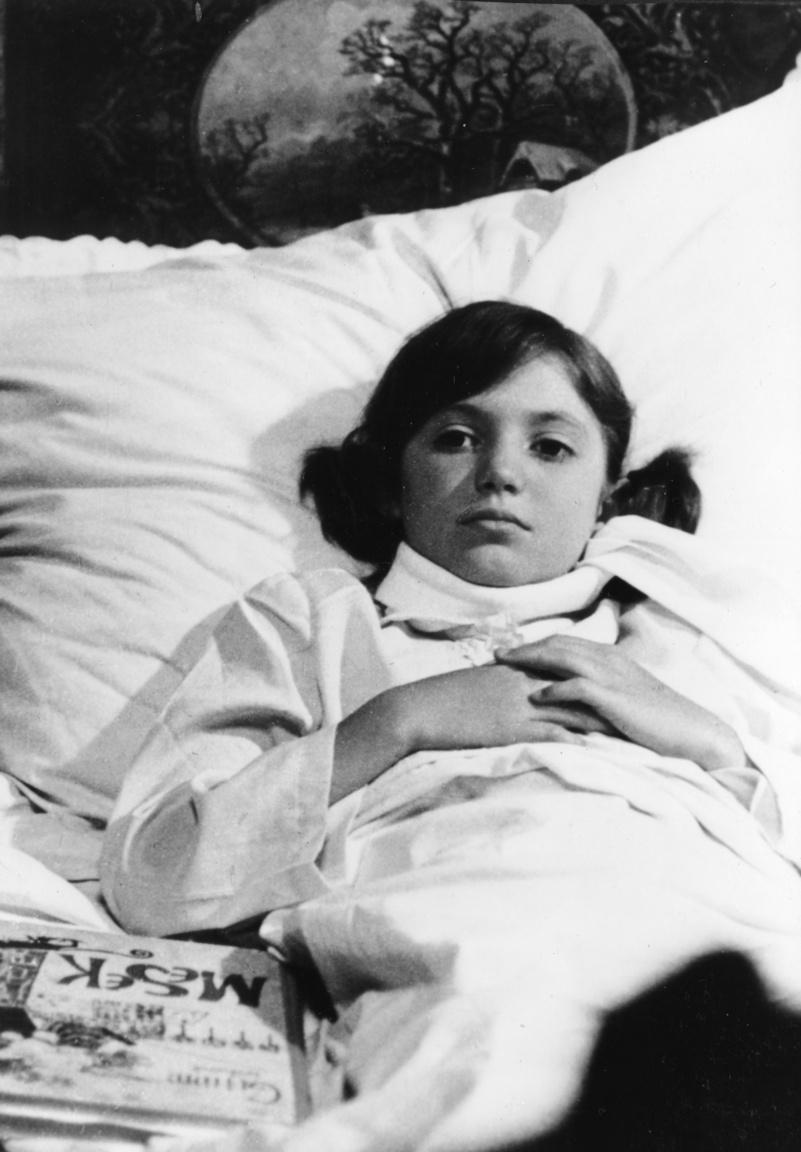 """Az otthon betegeskedő Péterkét – aki a nevével ellentétben nem fiú, hanem lány – Kiss Gabi alakította, akiből később Berkes Gabriella néven lett musicalszínésznő. Eredetileg a színművészetire készült, ám ott nem értették, hogy mit akar ennyi filmszerep után. """"Megkaptam, hogy aki 36 filmet csinált, mit akar még tanulni. Emlékszem, egy picit el is keseredtem. Aztán 17 évesen felvettek a Zeneakadémiára mint vendéghallgatót, így eldőlt a dolog, hogy inkább énekelni fogok"""" – mondta néhány éve az RTL Klub XXI. század című műsorában."""