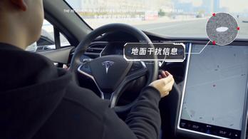 Egy sima matricával át lehet verni a Tesla robotpilótáját, erre áttér a szembe jövő sávba