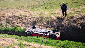 Fejjel lefelé borult a kocsival a patakba, eszméletét vesztette, de megmenekült