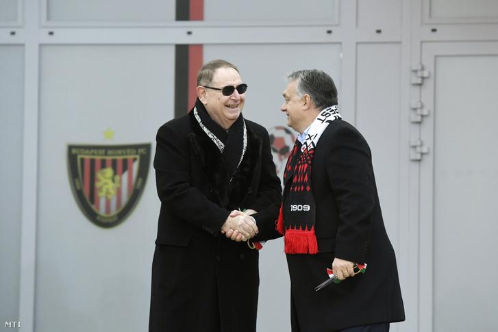 Orbán Viktor miniszterelnök (j) és George F. Hemingway klubtulajdonos kezet fog a Budapest Honvéd Magyar Futball Akadémiájának új utánpótlásközpontjának avatásán 2018. november 22-én