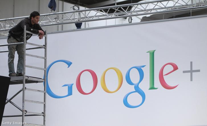 Google standon dolgozik egy munkás a 2012-es CeBIT-en, Hanoverben