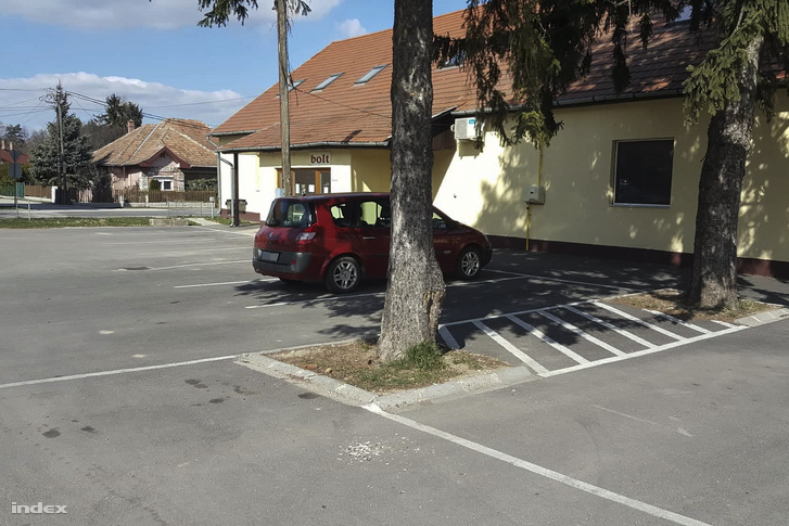 Bakony Hús: hétköznap, munkaidő, üres parkoló