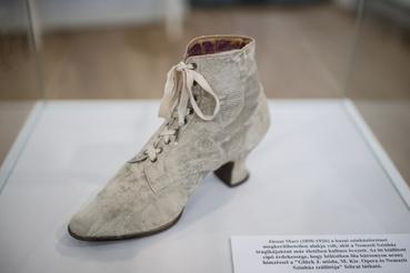 Jászai Mari topánja. A lila bársonybélésbe hímzett márkajelzés szerint Glück J. utóda, a Magyar Királyi Opera és a Nemzeti Színház beszállítója készítette.