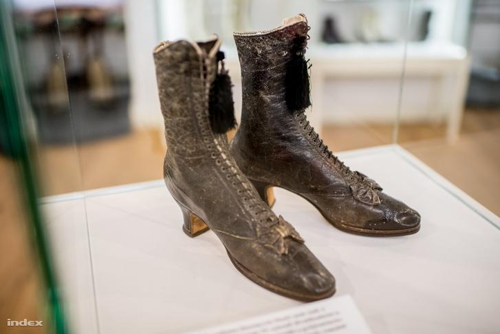 Erzsébet királyné cipője. Egy másik, fekete szanténból készült, gyöngyökkel díszített cipője tavaly több mint hatmillió forintért kelt el egy bécsi árverésen.
