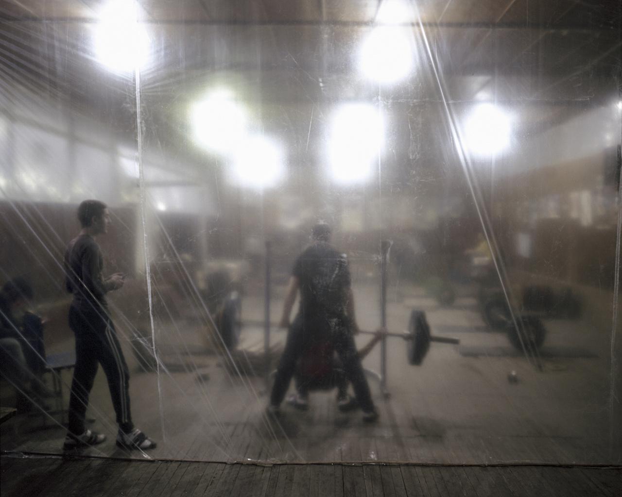 A fűtésrendszer hiányában körbefóliázták az edzőtermet Vanadzorban, ahol csak egy kis kályha fűt. A hideg sem akadályozhatja a gyerekeket az edzésben.